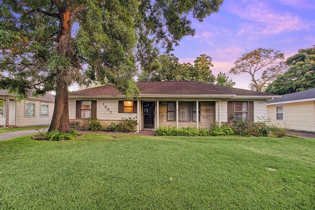 Charming all original Oak Forest home with 3 bedrooms, 2 bathrooms and a detached 2 car garage. (photo 1)