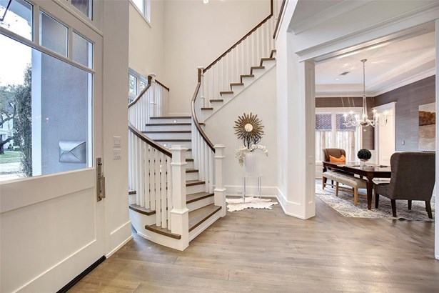 Beautiful new construction Cape Cod style in River Oaks. (photo 2)