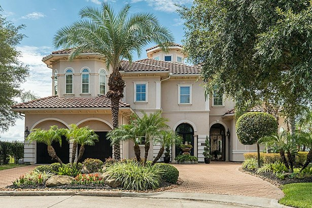 Circle Paver Driveway. Stucco Exterior. Gas Light Fixtures. Lighting in the eaves. (photo 2)