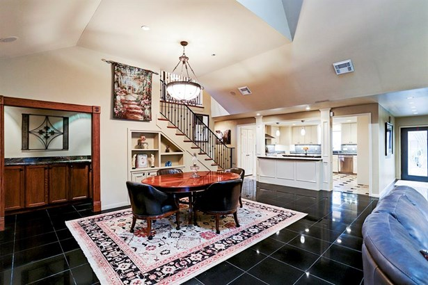 Open concept dining area near designer kitchen - Enjoy the graceful personality of this room (photo 2)