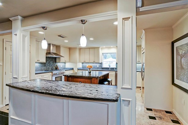 View into kitchen from breakfast bar / buffet - Perfect for entertaining (photo 3)
