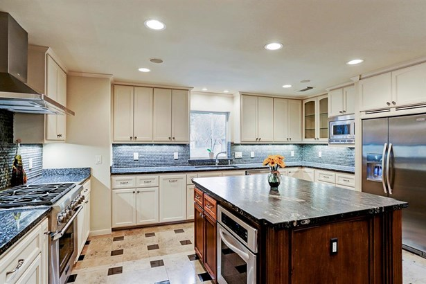 Spacious 17' X 15' island kitchen with Thermador gas cook top / oven & dishwasher (photo 4)