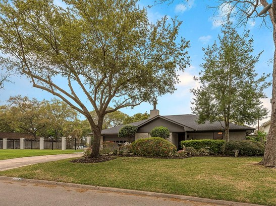Very nice curb appeal in Willow Meadows! This is a double lot with additional green space to enjoy! (photo 1)