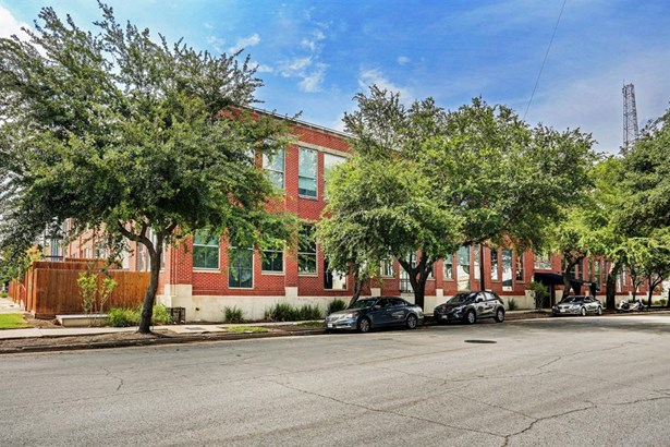 The Live Oaks Lofts, originally built in the 1930's and later extensively renovated by Spencer Architects, are nestled within a historically significant community in the exciting and revitalized EaDo neighborhood! (photo 2)