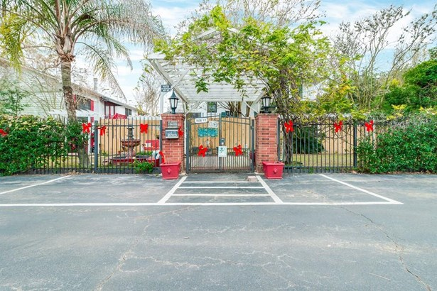 1536-1/2 Heights Boulevard has an entrance on the N side of the property (photo 1)