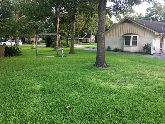 Side yard is spacious. (photo 4)