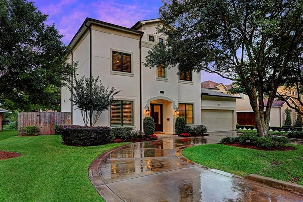 Situated on a 10,825 sf beautifully manicured lot, this home's curb appeal is striking with a lovely oak tree canopying the horseshoe driveway. The exterior is fresh and crisp and is indicative of what will be seen inside. (photo 1)