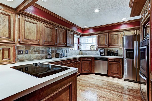 Open kitchen with stainless steel appliances. (photo 2)