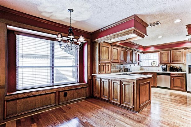 Light filled breakfast room with gleaming hardwood floors. (photo 4)