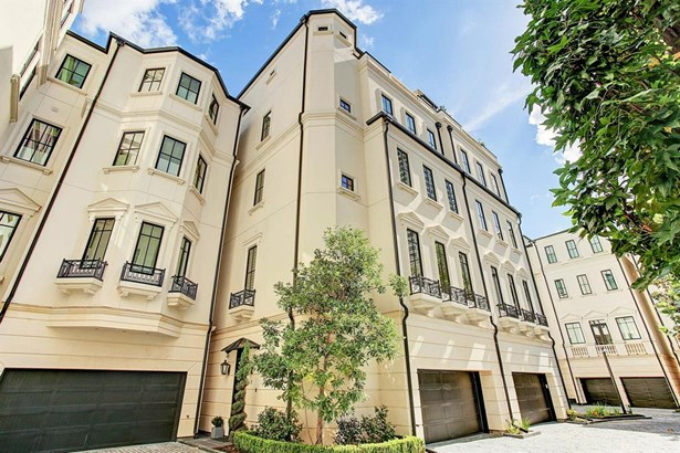 Welcome to beautiful Winfield Gate - a 22 unit community surrounding a beautiful private courtyard and fountain in one of River Oaks loveliest developments.