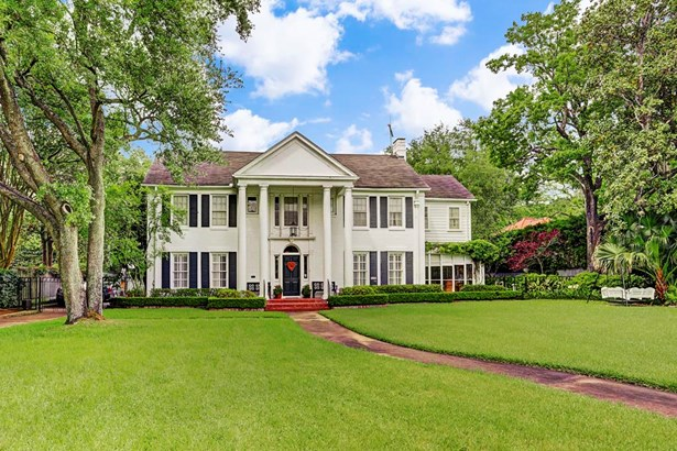 Traditional Southern Colonial house sits on large River Oaks lot. (photo 1)