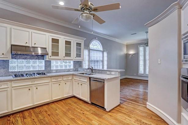 Light and bright designer kitchen. (photo 2)