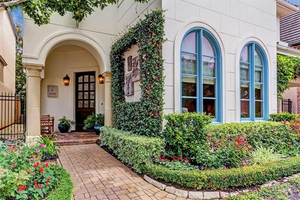 Beautiful custom home in secluded, gated enclave in Spring Valley/Memorial Village. SBISD Schools. (photo 1)