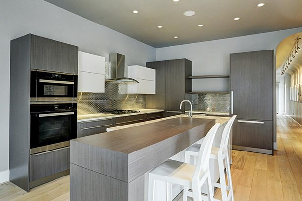 The residences offer Gourmet Kitchens with a wide selection of natural stones, hardwood floors, European cabinetry and Miele stainless steel appliance packages. (photo 5)