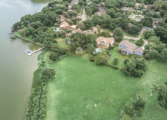 Property backs to the community park and Armand Bayou. (photo 4)