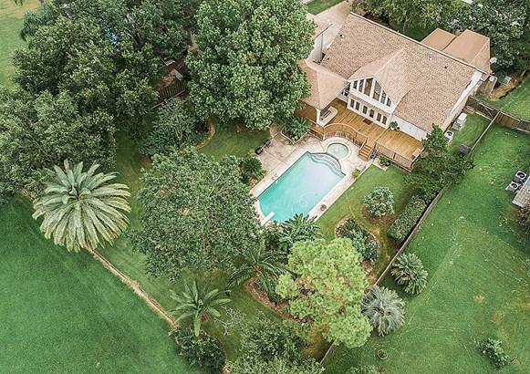 Large pool. (photo 5)