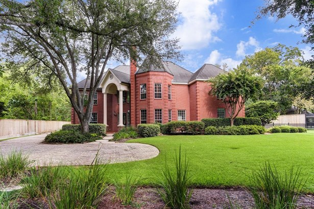 Wonderful estate situated on a amazing lot inside The Loop!