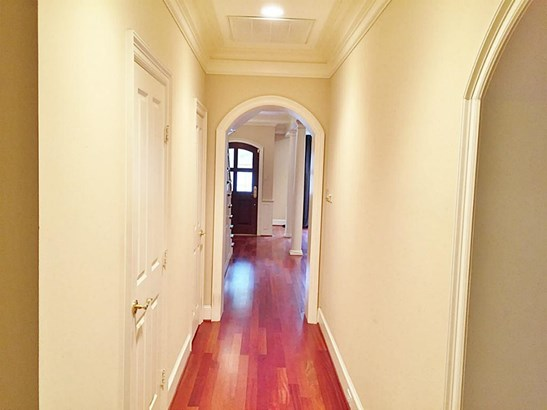 Townhome features architectural touches throughout, such as arches and nice crown mouldiing. (photo 4)