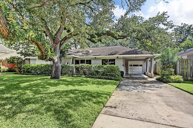 Charming ranch style home on large lot with beautiful, mature oak trees (photo 1)