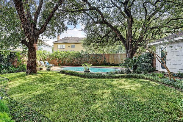 Spacious lot allows for swimming pool and green space (photo 3)