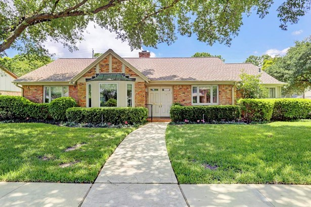 Amazing home on a corner lot in Meyerland! This 3 bedroom 2.5 bath home has been meticulously maintained and cared for! (photo 1)
