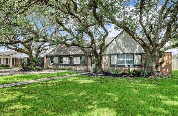 Beautiful mature oak trees frame the house. (photo 4)