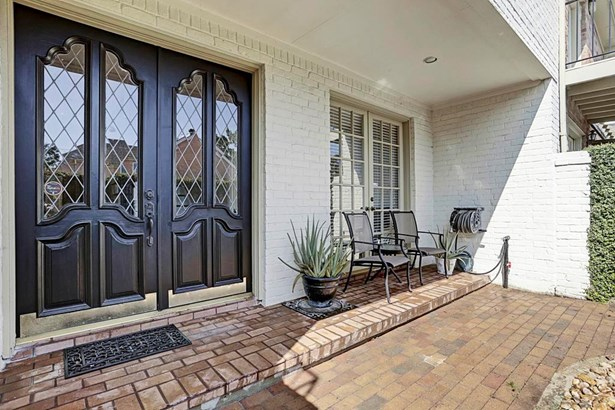 These French doors are a welcome site for guests. Home offers first floor living with a beautiful floor plan. (photo 3)