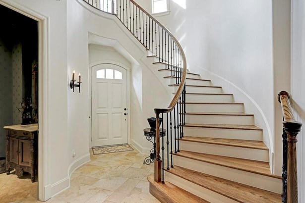 Welcoming entry with beautifully curved staircase (photo 2)