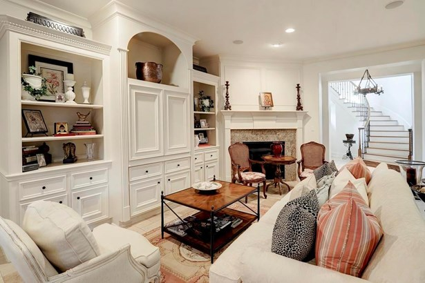 Living room with marble floors, fireplace and built-ins (photo 4)