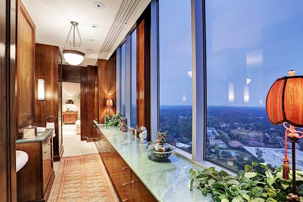 Private entry into the sophisticated 25th-floor penthouse (photo 1)