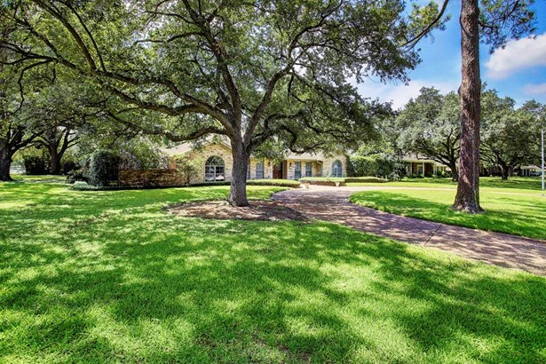 Wonderful Tanglewood ranch style home featuring 4 bedrooms, 4.5 baths with study and sparkling pool. Fantastic corner lot framed with incredible live oaks. Lot size is 28,196 per HCAD. (photo 1)