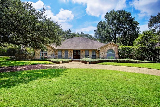 Circle drive, brick elevation, Roof 2004, Plumbing work 2013, Foundation repair 2007. Great price point to be in Tanglewood. Popular north of Woodway location. (photo 2)