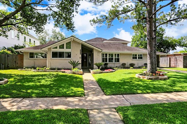 This home has it all! Addition completed in 94, with master bed, bath, two study spaces and a large flex room! Gated driveway with additional parking within the gate. (photo 2)