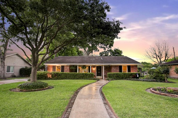 Charming Mangum Manor ranch style home situated on a 16,660 sq ft lot with mature and low maintenance landscaping. Beautiful oak tree shades the lush St Augustine grass. (photo 1)