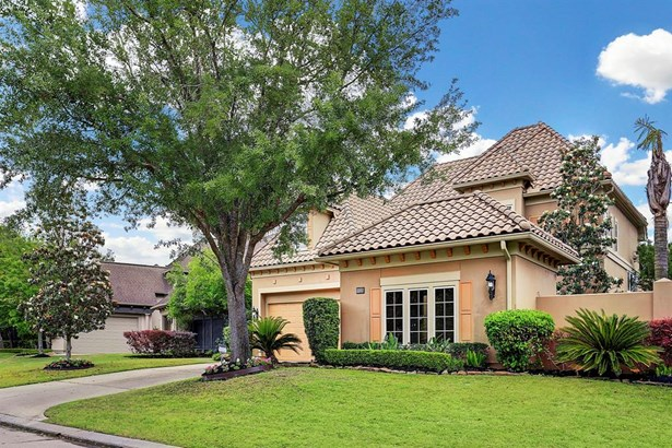 Beautiful curb appeal with three car garage (photo 2)