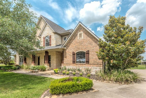 Outstanding custom home in Lakes of Mission Grove! This 4-bedroom home with over 4000 sq. ft. is located on a half acre cul-de-sac lot! (photo 1)