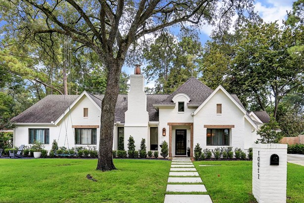 Enchanting 4 Bedroom Residence Nestled Near The End Of A Peaceful Lane In Desirable Hunters Creek Village. (photo 1)