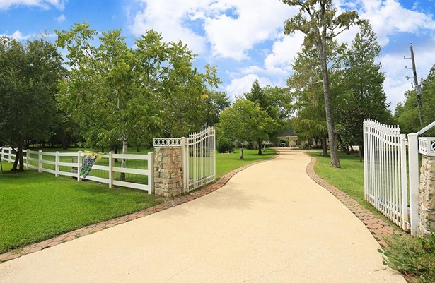 Welcome to 2911 Darby Lane. Enter this beautiful estate through your double front gates and drive up to your incredible new home. (photo 3)