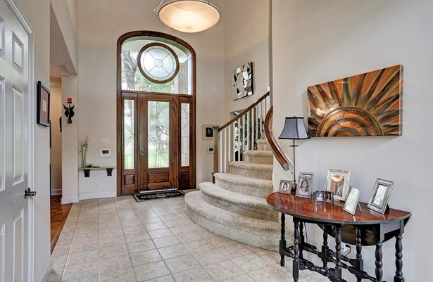 When you step into this great home you will be greeted by this beautiful foyer. (photo 4)