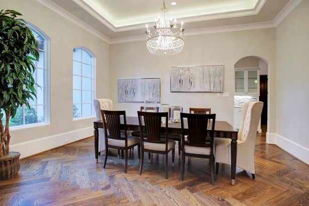 An elegant crystal chandelier hangs from the coved ceiling above. (photo 5)