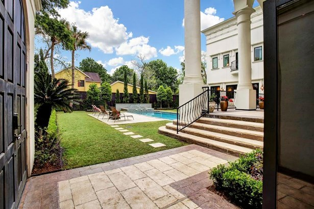 The Pallaidan-style architecture exudes the feeling of a grand mansion in Venice, or Coral Gables. (photo 3)