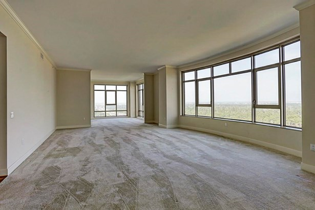 Expansive Living Areas (photo 4)