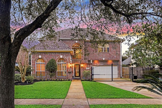 This beautiful red brick traditional home is located on a 8,125 sq ft lot (PER HCAD) and has 4 bed with 3.5 baths. (photo 1)