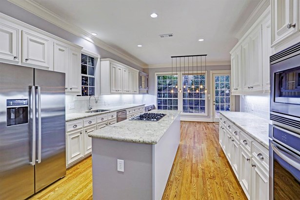 This beautiful kitchen features stainless steel appliances, tons of built in cabinets for storage, a gas range and granite countertops! (photo 5)