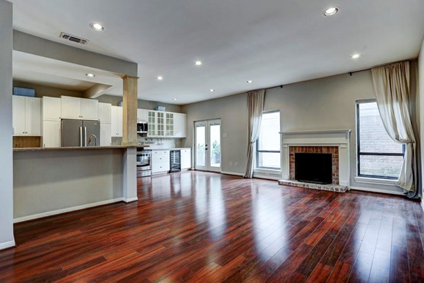 Home has an open concept living design, great for entertaining (photo 4)