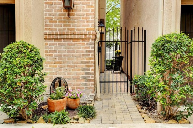 Private front gate leading to the main entrance (photo 2)