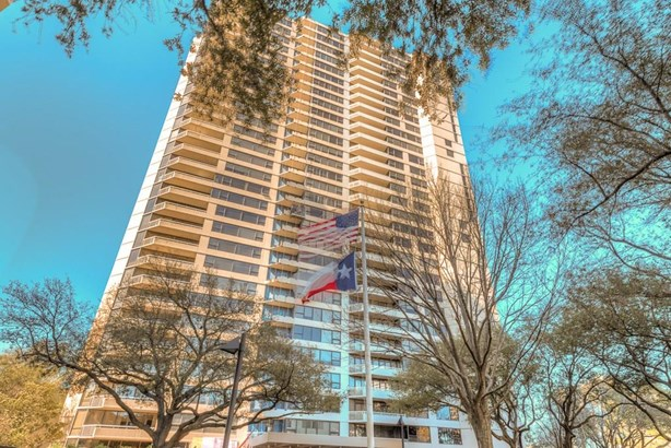 Classic condominium building with exterior balconies and great views, 24-hour concierge, on-site management, valet and beautiful pool! (photo 1)
