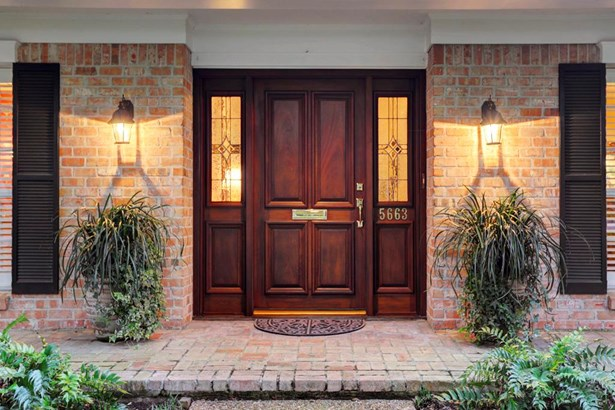 Extra wide entry gives warm welcome to guests. (photo 2)