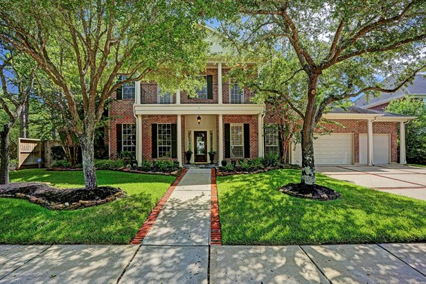 Flanked by gorgeous trees, this home is situated on one of the premier streets in Bay Oaks. (photo 2)