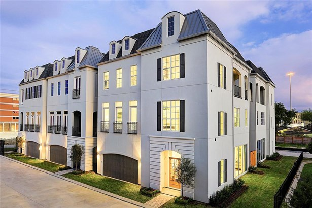 French style, stucco garden residences in gated community. (photo 1)